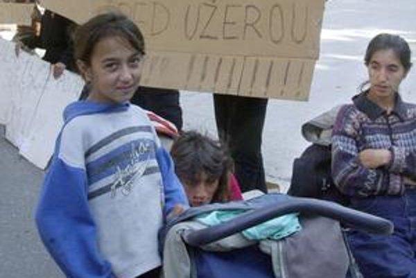Elektronické karty majú pomôcť aj v boji s úžerníkmi. Ľubickí Rómovia proti nim viackrát protestovali aj pred Úradom vlády, sami si nevedeli pomôcť.
