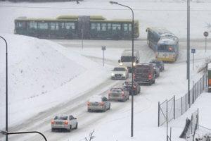 Na snímke zasnežené cesty na Sídlisku KVP v Košiciach v piatok ráno.