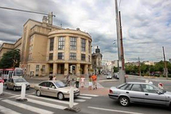 Univerzita Komenského začína o škandále na Právnickej fakulte hovoriť.