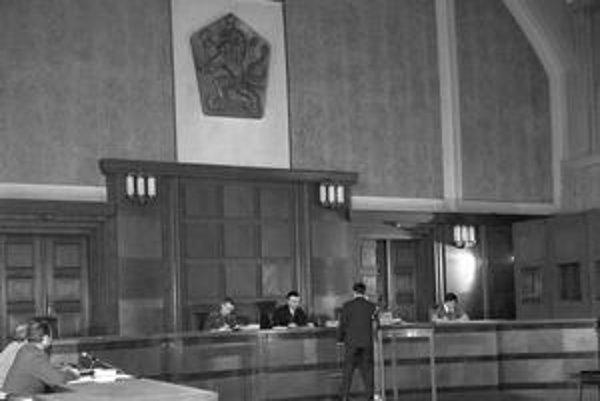 Sudcov z čias komunistického režimu možno vidieť nielen na historických fotografiách, ale aj v pojednávacích miestnostiach.