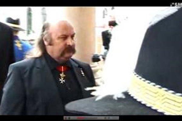 Vareha prišiel na inauguráciu s krížom.