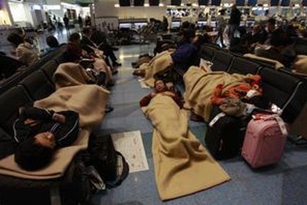 Nocovanie na letisku Haneda v Tokiu. Pasažierov je veľa, miest v lietadlách oveľa menej.