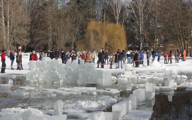 Vysekaný bazén zdobili kryhy ľadu.