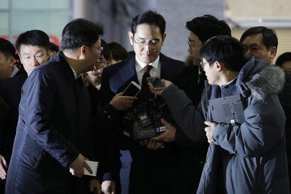 Lee Jao Yong(v strede) musí čeliť nepríjemným otázkam novinárov.