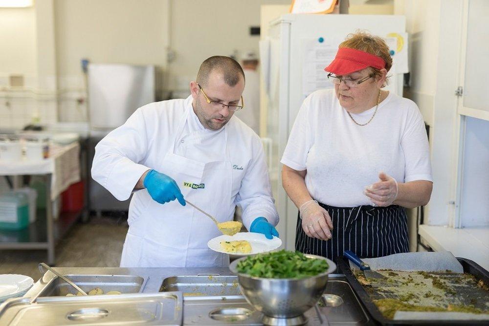 Vedúca školskej jedálne Gizela Zelísková (vpravo) tvrdí, že ju práca baví najviac, keď deti vracajú prázdne taniere.