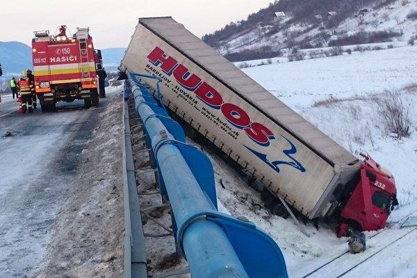 Kamión musia vytiahnuť pomocou špeciálnej techniky.