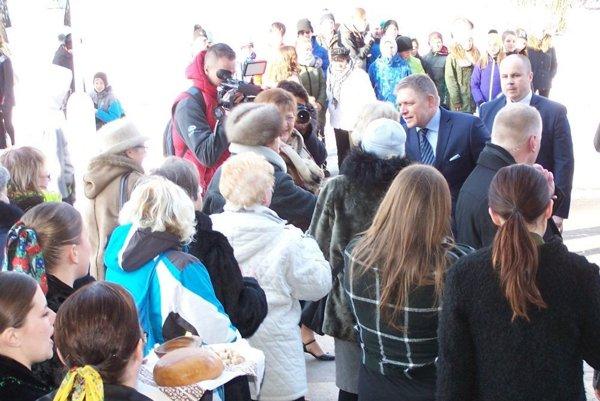 Pred mestským úradom čakalo premiéra množstvo ľudí.