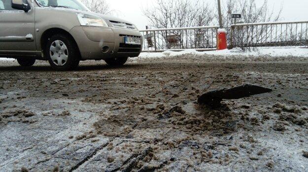 Minulý týždeň vytrhol odhŕňač snehu kus železného uzáveru mosta. Spôsobilo to dopravnú zápchu.
