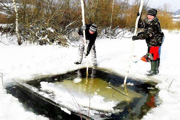 Cez diery v ľade môže z vody unikať metán.