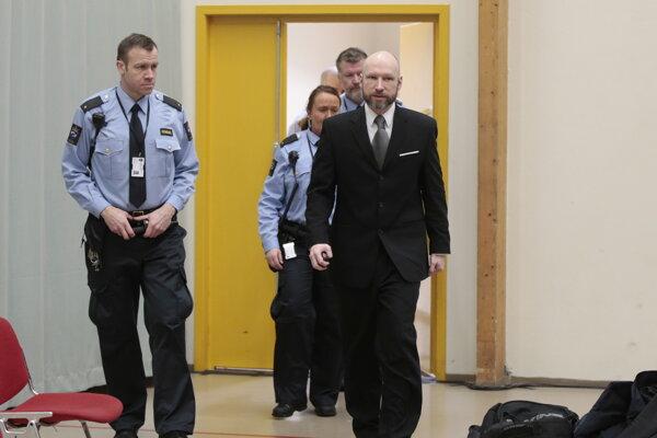 Breivik v sprievode policajtov prichádza na súd v posledný deň pojednávania.