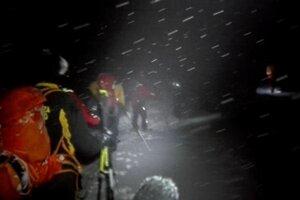 Záchranári na ceste k hotelu.