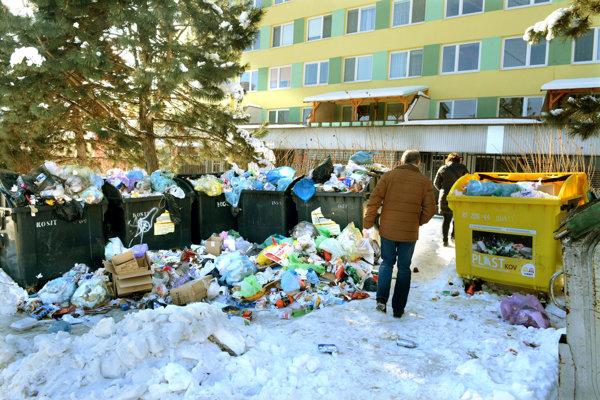 Zombova ulica. Ľudia sa predierajú medzi odpadkami.
