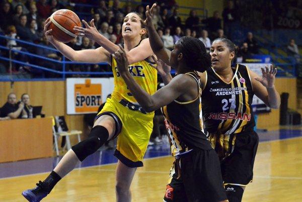 Bola výraznou ťahúňkou družstva. Austrálska legionárka vkošických farbách Rebecca Allenová (s loptou) dala 27 bodov.