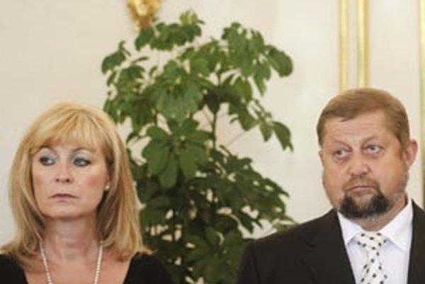 Ministerka spravodlivosti Viera Petríková bola k štátnemu tajomníkovi Danielovi Hudákovi štedrá ako jej predchodca Štefan Harabin. Na odmenách mu za pol roka práce vyplatila  takmer dva milióny korún.