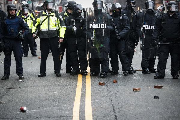 Demonštranti hádzali po policajtoch tehly.