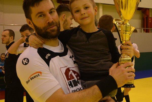 Topoľčany na domácom turnaji obsadili druhé miesto. Na snímke Lukáš Klačanský so synom a trofejou.