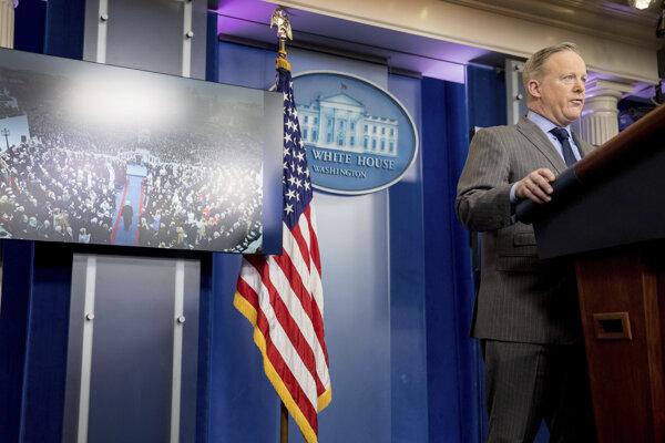 Trumpov hovorca Sean Spicer na prvej tlačovke od inaugurácie.