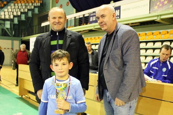 Ceny odovzdávali Milan Lednický zo spoločnosti Football Service Agency a Štefan Korman, predseda ObFZ v Nitre.