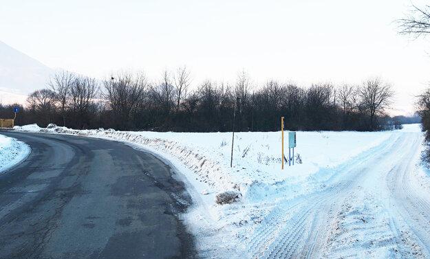 Vľavo cesta na most, vpravo poľná do Oravskej Poruby.