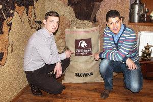 Roman Florek (vľavo) pri vreci sbrazílskou kávou z plantáže Edgarda Bressani (vpravo).