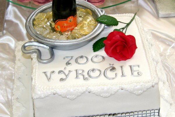 Jedna ztroch tort, táto predstavuje súčasnosť.