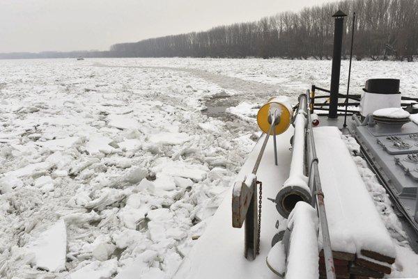 Srbské úrady bojujú so zamrznutým Dunajom.