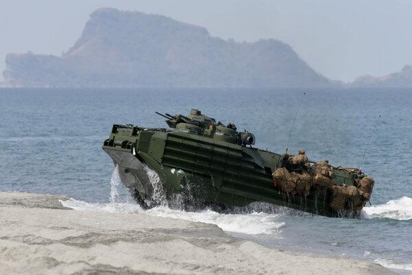 Americkí a filipínski vojaci na pobreží jedného z ostrovov v Juhočínskom mori.