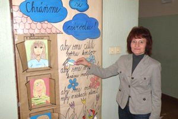 Riaditeľka ZŠ na Dobšinského ulici v Prievidzi Jana Polakovičová ukazuje, že nástenka môže byť aj na dverách.