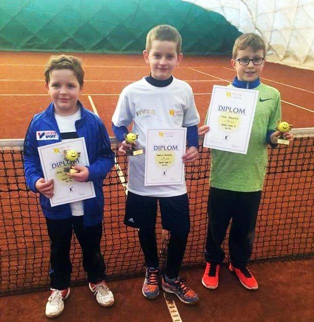Traja najlepší tenisti na turnaji do 8 rokov v Topoľčanoch. Vľavo Adam Andel.