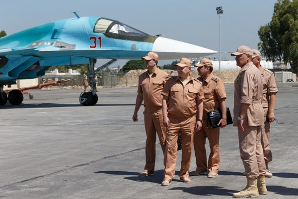 Ruskí vojaci na leteckej základni v Sýrii.