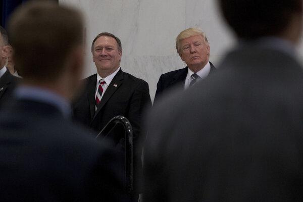 Nový šéf CIA Mike Pompeo a nový prezident Donald Trump.