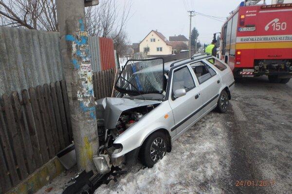 Pri nehode v Čereňanoch auto narazilo do stĺpa.