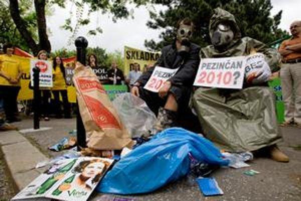 Pred Úradom vlády bola na chvíľu skládka. Aktivisti potom smeti vyzbierali.