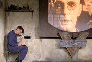 Postavy v knihe 1984 neustále sledovali kamery lídra krajiny Veľkého brata. Z novely vznikol aj film z roku 1984.