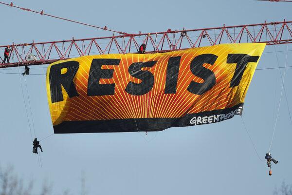 Protestujúci rozvinuli na žeriave transparent s nápisom Vzdorujte.