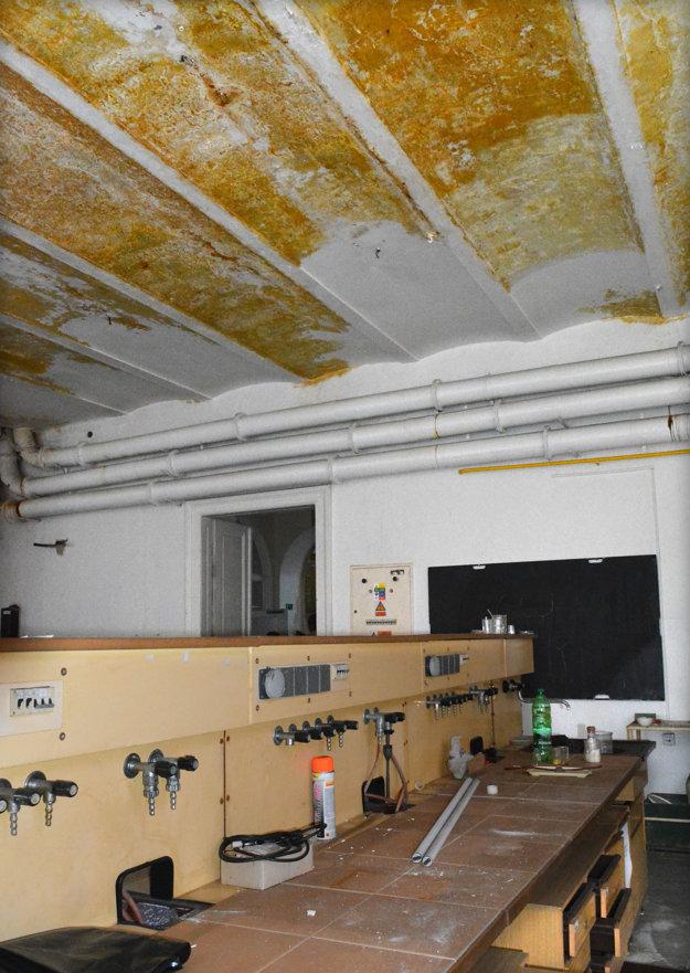 Stopy po hasení. Výrazné zamáčanie stien bolo zrejmé aj na strope laboratórií na druhom poschodí.