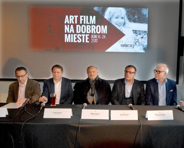 Organizátori Art Film Festu. Zľava – Peter Nágel, Ivan Hronec, Milan Lasica, Ján Kováčik aMichal Ruttkay pripravujú košický filmový sviatok.