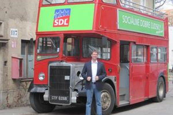 Strana demokratickej ľavice využíva v kampani červený autobus. Stranu vedie neznámy manažér Marek Blaha.