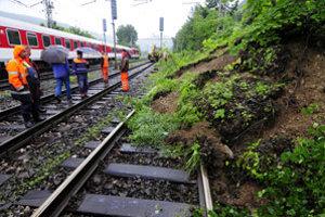 Na železničnú trať úseku Košice - Margecany sa čiastočne zosunul svah aj od cintorína v obci Malá Lodina.