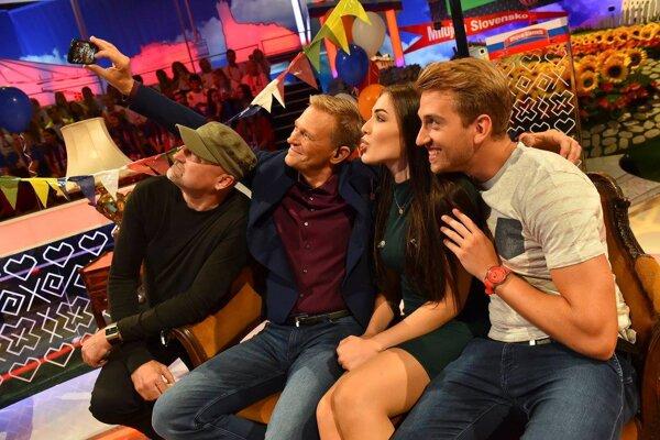 """Hviezdne selfie. Aj známe hviezdy zo šou Milujem Slovensko si rady robievajú """"svojky"""" na pamiatku."""