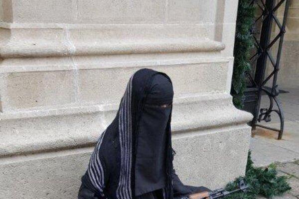 [ newer images ][ refresh ][ older images ] Figurína v čiernom odeve s maketou zbrane sediaca pred hlavným vchodom do Dómu sv. Martina v Starom meste. Miesto prezrel aj pyrotechnik a pes vycvičený na vyhľadávanie výbušnín. Výbušnina sa nenašla. Polícia prípad ďalej vyšetruje.