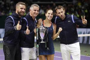 Kondičný tréner a fyzioterapeut Jozef Ivanko (druhý zľava) s Dominikou Cibulkovou po jej triumfe na Masters v Singapure.