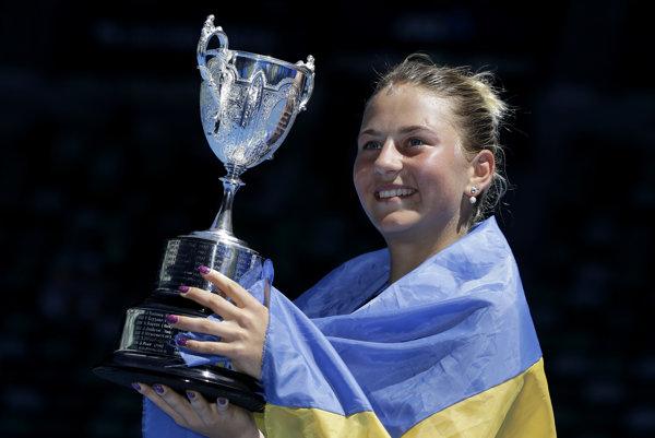 Kosťuková pózuje s trofejou pre juniorského víťaza Australian Open.
