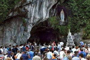 Lurdy. Pútnici a turisti prichádzajú k jaskyni, kde sa 11. februára 1858 štrnásťročnej Bernadette Soubirousovej zjavila Panna Mária.