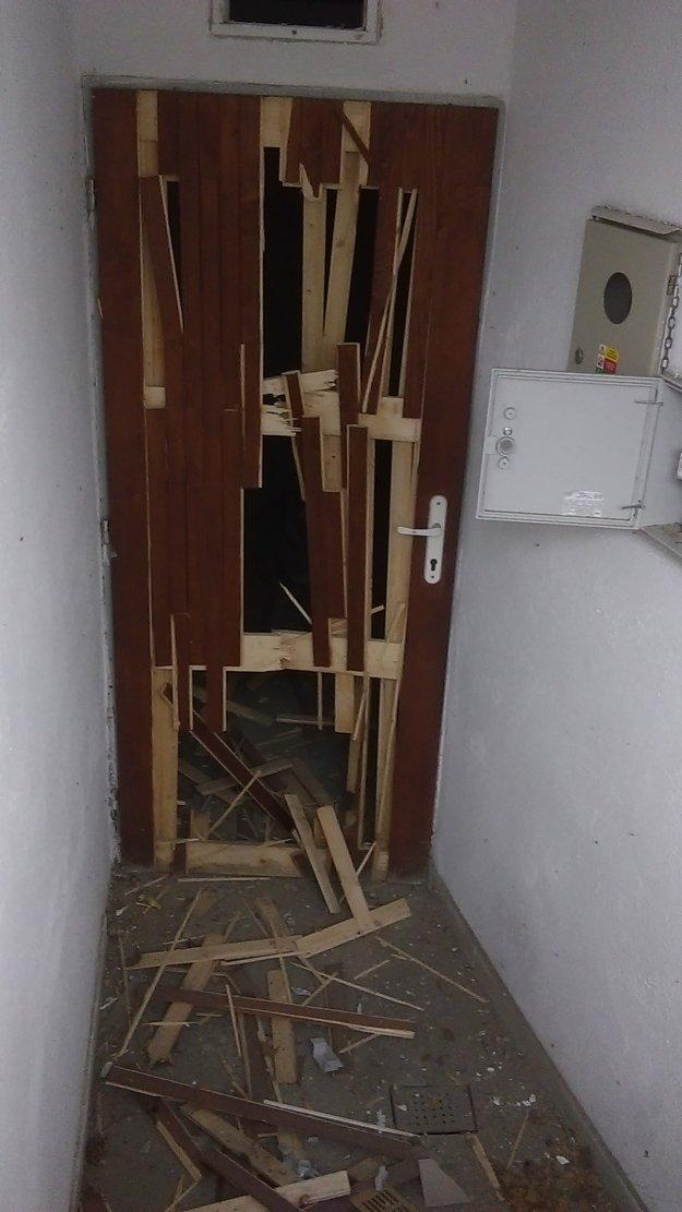 Poškodené dvere na verejných WC pod hradom.