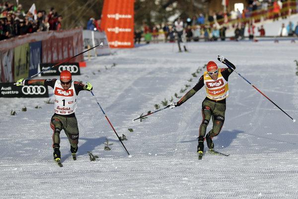 Johannes Rydzek (vľavo) opäť veľmi tesne porazil Erica Frenzela.