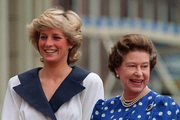 Na archívnej snímke z 4. augusta 1987 britská princezná Diana a britská kráľovná Alžbeta II. v Londýne.