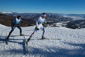 Na snímke zľava Ján Holiga z klubu KBL ŠKP Martin a Erik Urgela z klubu MKL Kremnica v pretekoch mužov na 25 km voľnou technikou 44. ročníka tradičného diaľkového behu na lyžiach Biela stopa.