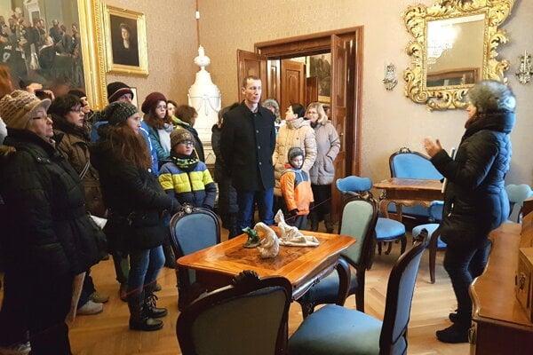 Pohľad zblízka vAndrássyovskom kaštieli. Návštevníci na unikátnej prehliadke.