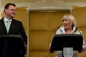 Česko aj Slovensko má nových premiérov. Nečas a Radičová sa stretli v Bratislave.